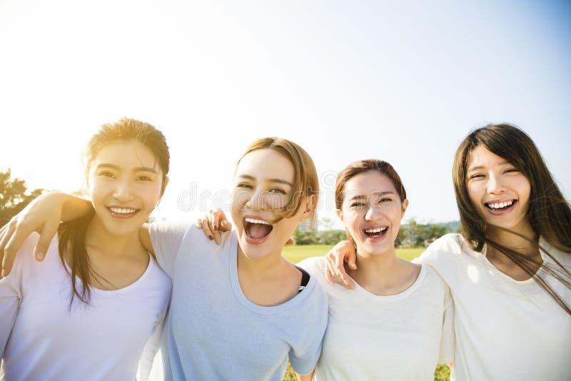 Groep het jonge mooie vrouwen glimlachen royalty-vrije stock fotografie