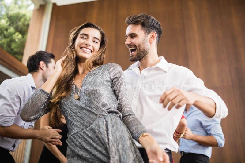 Groep het jonge vrienden dansen stock foto's