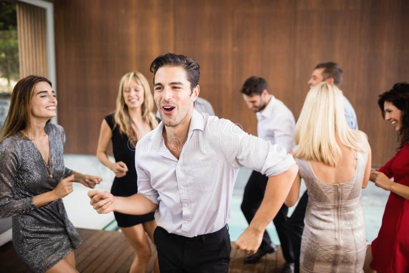 Groep het jonge vrienden dansen stock fotografie