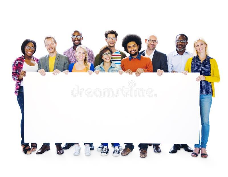 Groep het Lege Aanplakbiljet van de Multi-etnische Mensenholding royalty-vrije stock afbeelding