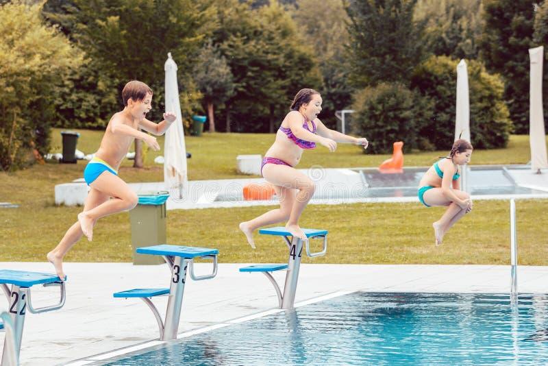 Groep het springen van kinderen in pool royalty-vrije stock fotografie