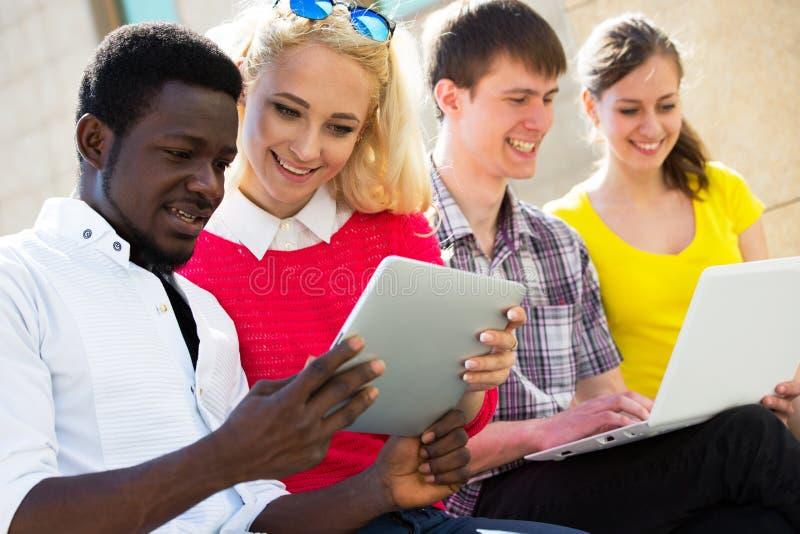 Groep het universitaire studenten bestuderen stock fotografie