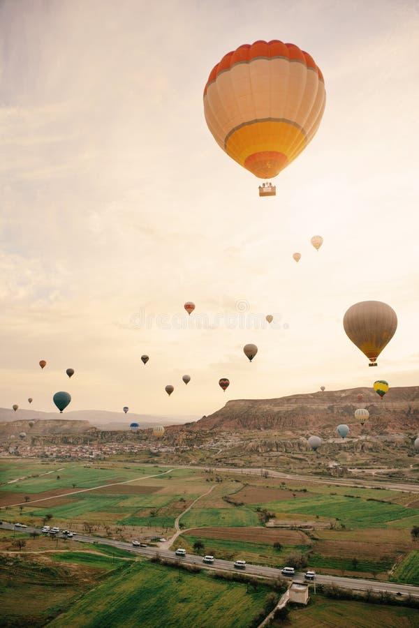 Groep hete luchtballon die de zonsopgang vliegen te zien royalty-vrije stock fotografie