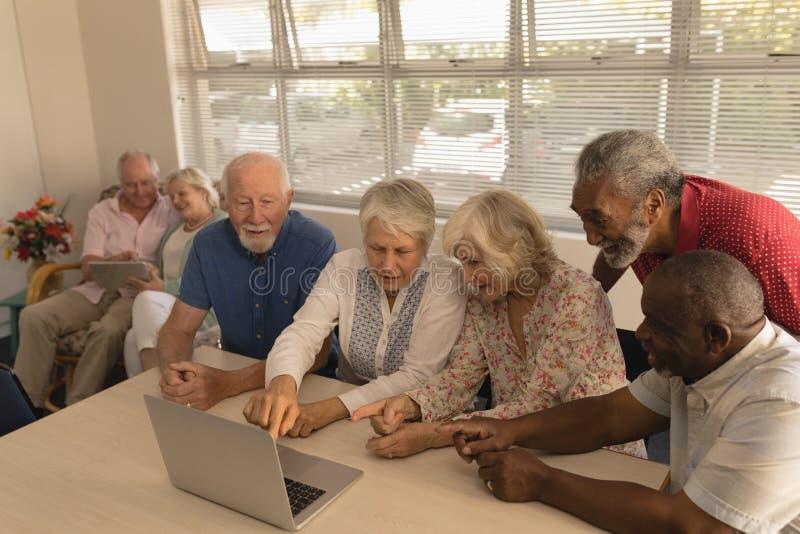 Groep hogere mensen die laptop met behulp van bij verpleeghuis royalty-vrije stock foto's