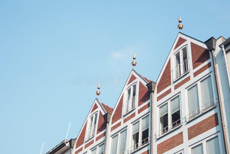 Groep huizen in de oude stad van Dusseldorf ` s op blauwe hemelachtergrond stock foto
