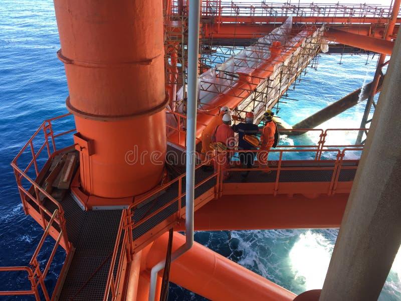 Groep ingenieurs die bij een offshore-installatie bespreken stock foto