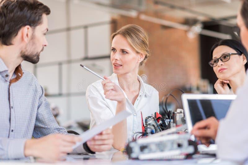Groep ingenieurs die in bureau met concentratie werken stock foto's