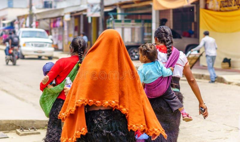 Groep inheemse Maya vrouw in Chamula door Cristobal DE las Casas stock foto's