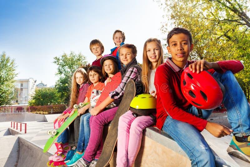 Groep internationale kinderen met skateboards royalty-vrije stock fotografie