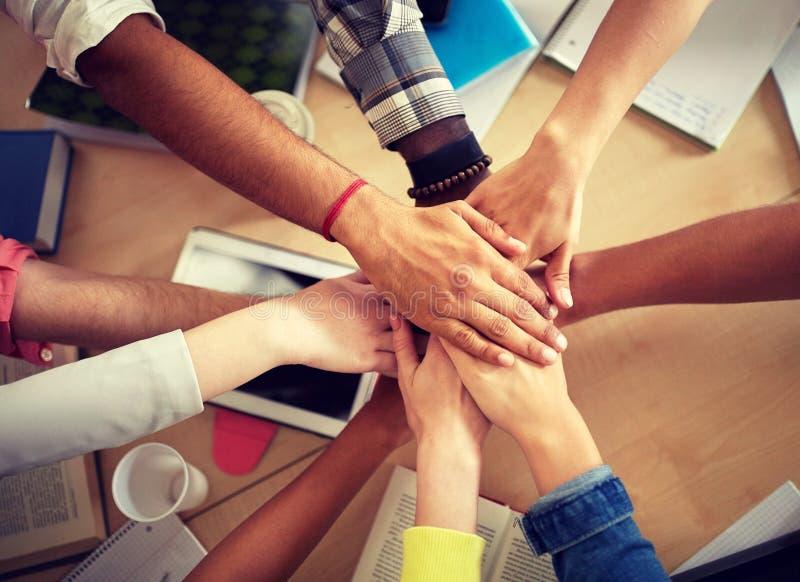 Groep internationale studenten met handen op bovenkant royalty-vrije stock afbeelding