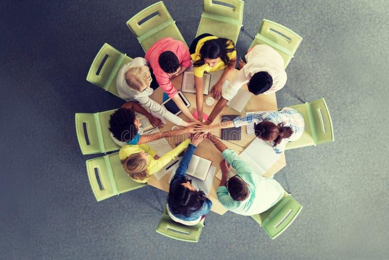 Groep internationale studenten met handen op bovenkant royalty-vrije stock fotografie