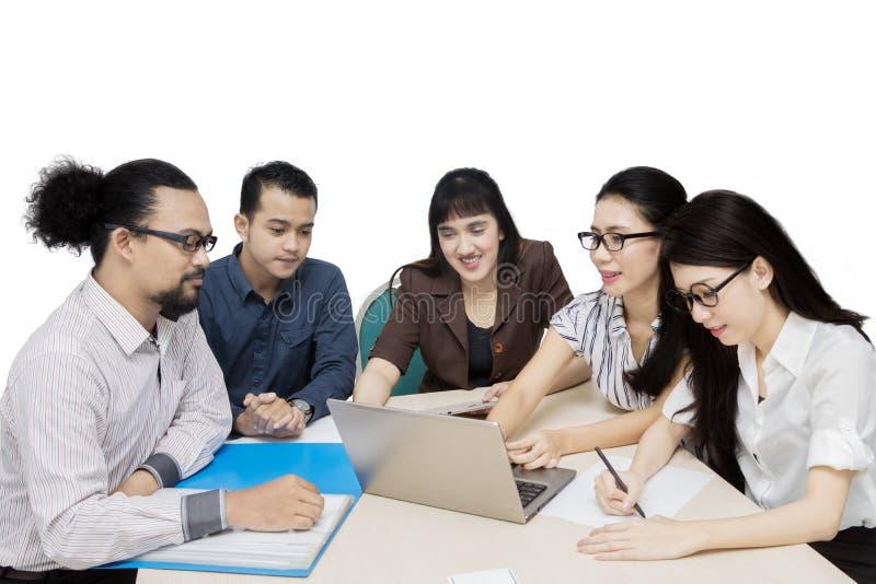 Groep jong zakenlui in een vergadering royalty-vrije stock foto