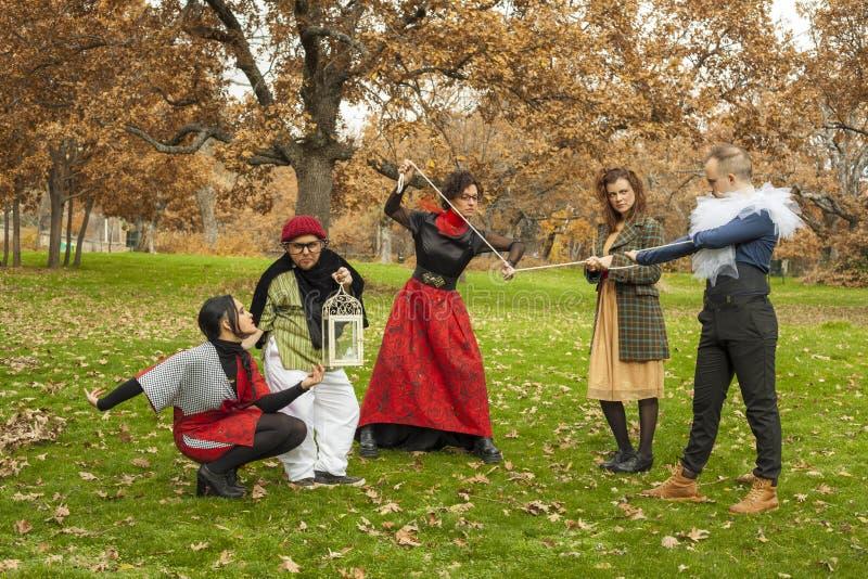 Groep jonge actoren karaktersprestaties outdoors milieu royalty-vrije stock foto