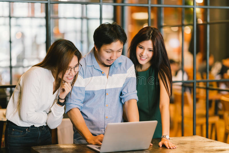 Groep jonge Aziatische bedrijfscollega's in team toevallige bespreking, start commerciële vergadering of het concept van de groep stock fotografie
