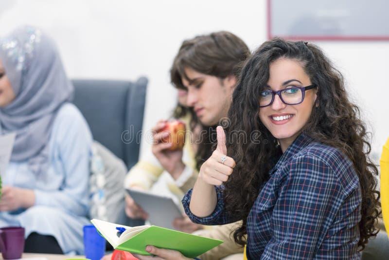 Groep jonge bedrijfsberoeps die een vergadering hebben stock fotografie