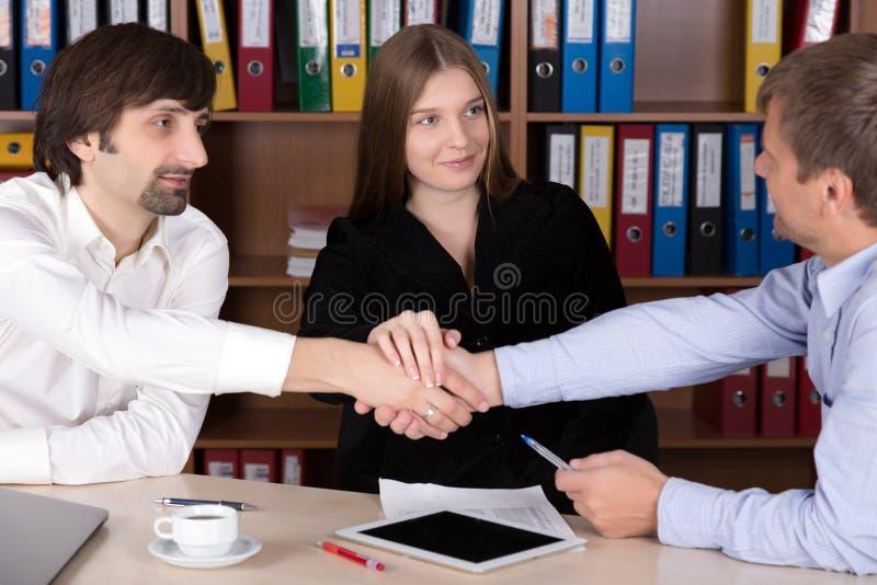 Groep jonge Bedrijfsmensen die Handen schudden stock afbeelding