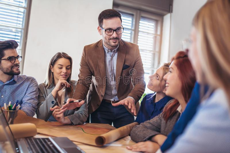 Groep jonge bedrijfsmensen die samenwerken stock foto