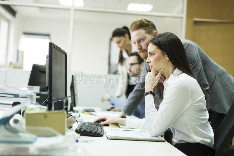 Groep jonge bedrijfsmensen in een vergadering op kantoor stock fotografie
