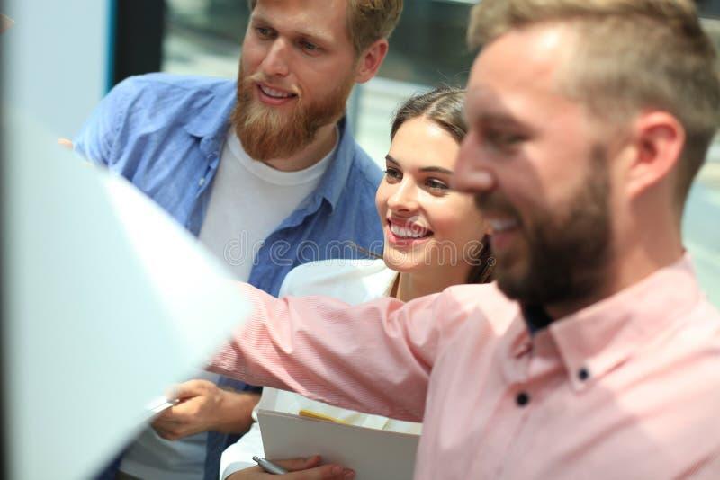 Groep jonge bedrijfsmensen en ontwerpers in slimme vrijetijdskleding Zij die aan nieuw project werken royalty-vrije stock foto