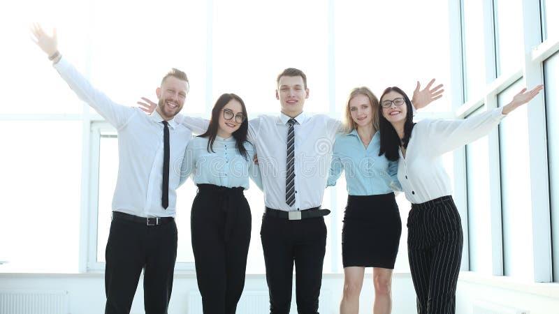 Groep jonge beroeps die zich dichtbij het bureauvenster bevinden royalty-vrije stock foto