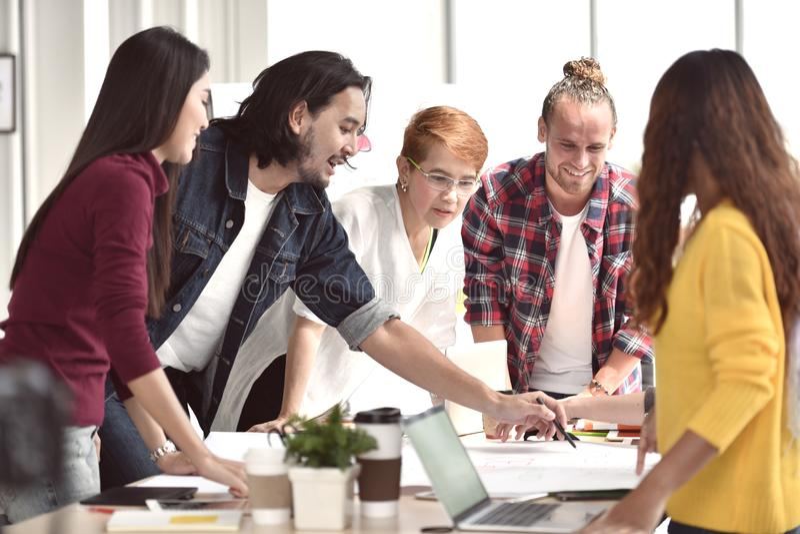 Groep jonge businesspersons die bespreking hebben en adviezen in vergadering delen royalty-vrije stock foto's