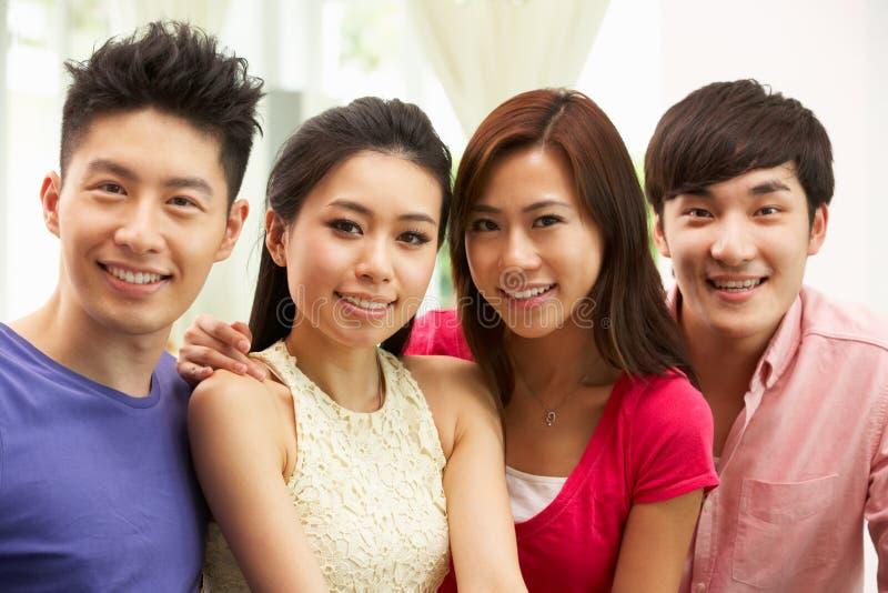 Groep Jonge Chinese Vrienden die thuis ontspannen royalty-vrije stock fotografie