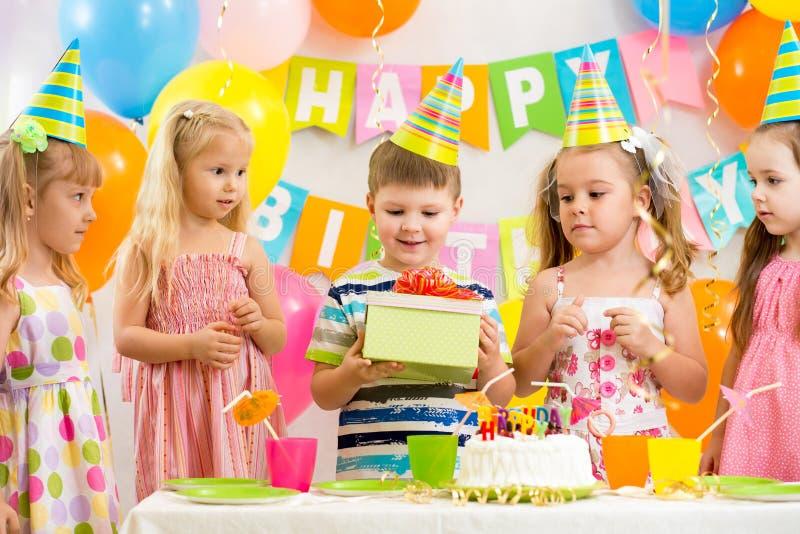 Groep jonge geitjes bij verjaardagspartij royalty-vrije stock fotografie