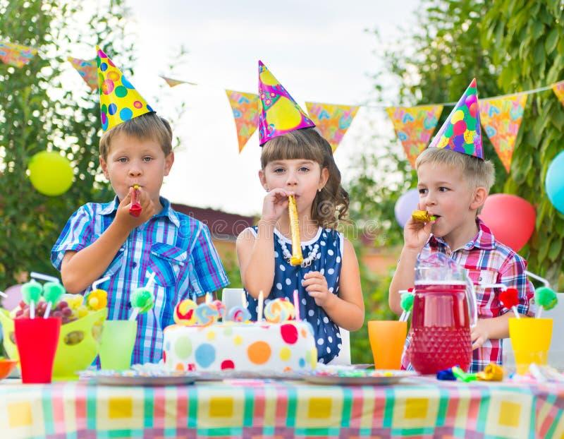 Groep jonge geitjes die pret hebben bij verjaardagspartij royalty-vrije stock foto's