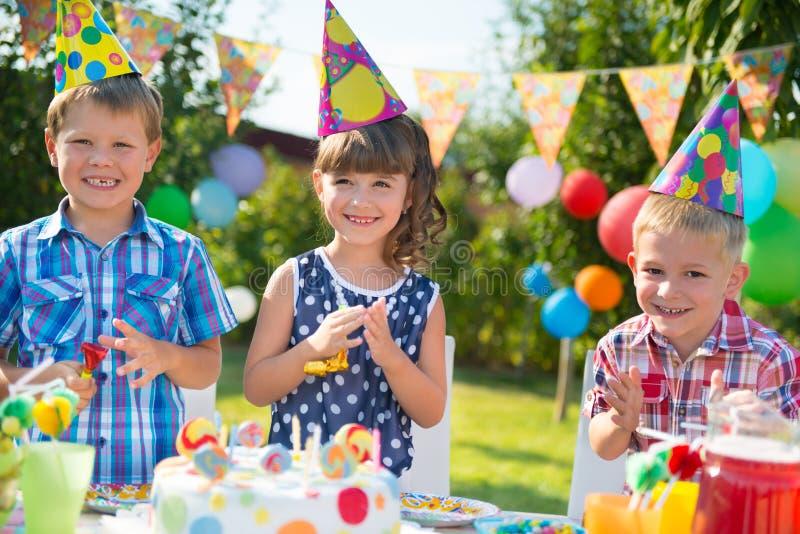 Groep jonge geitjes die pret hebben bij verjaardagspartij stock fotografie