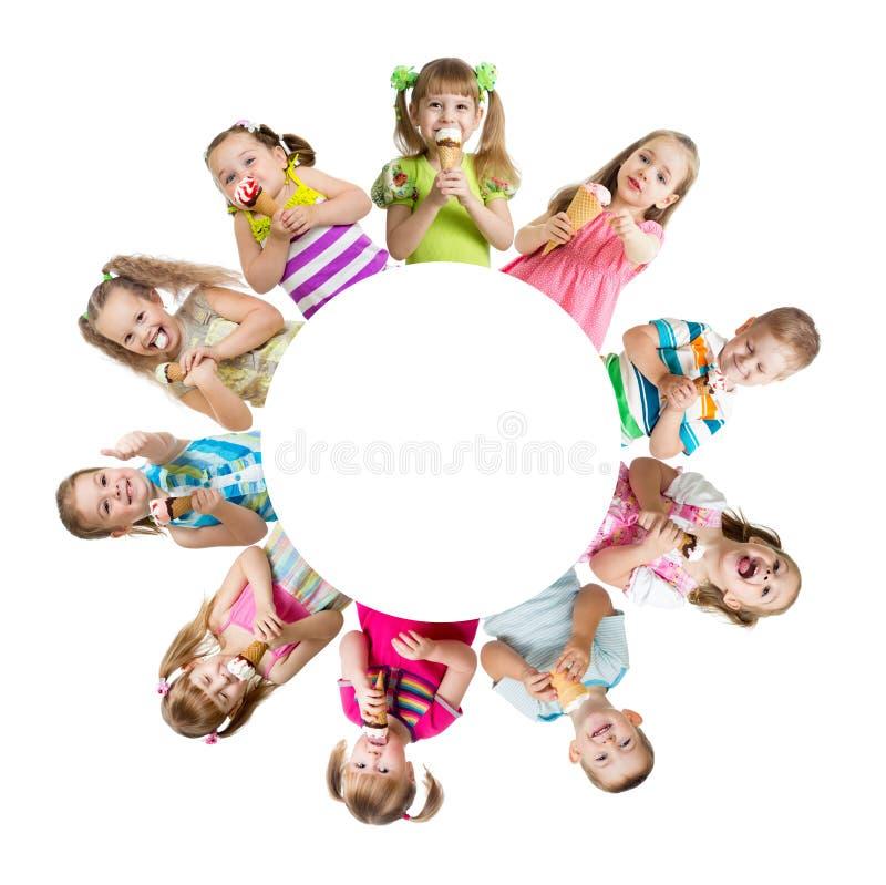 Groep jonge geitjes of kinderen die roomijs eten royalty-vrije stock foto
