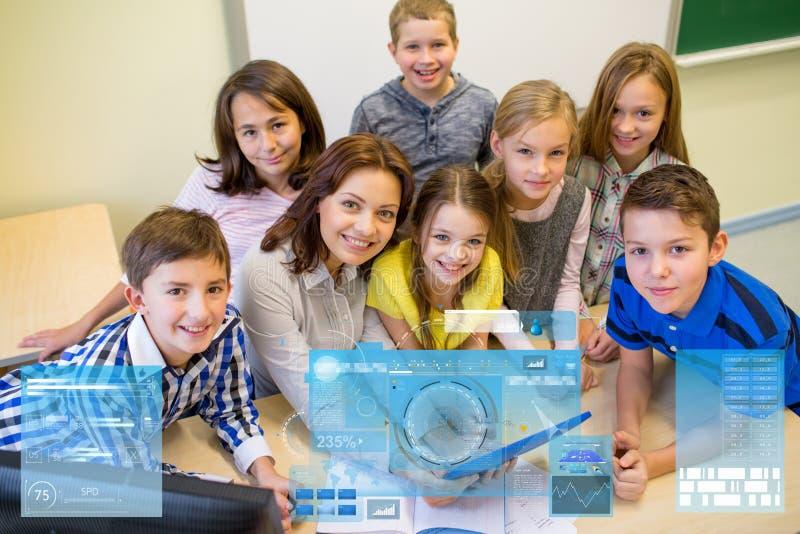 Groep jonge geitjes met leraar en tabletpc op school royalty-vrije stock fotografie