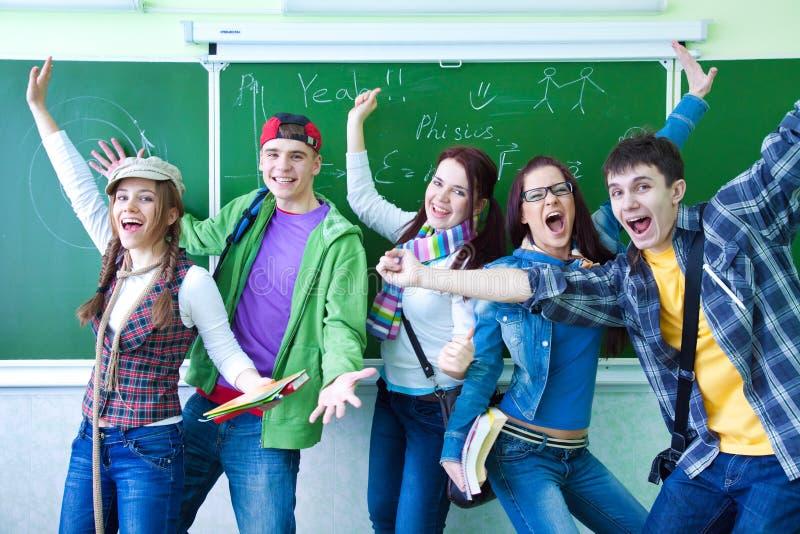 Groep jonge gelukkige studenten stock fotografie