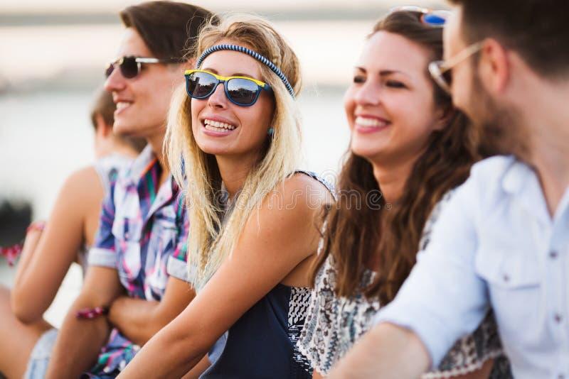 Groep jonge gelukkige vrienden die prettijd hebben stock foto's