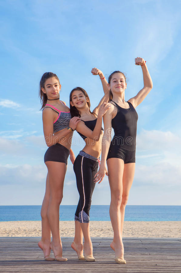 Groep jonge geschikte atleten royalty-vrije stock afbeeldingen