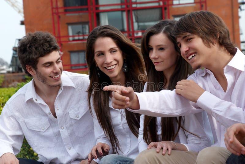 Groep jonge kerels en meisjes stock foto