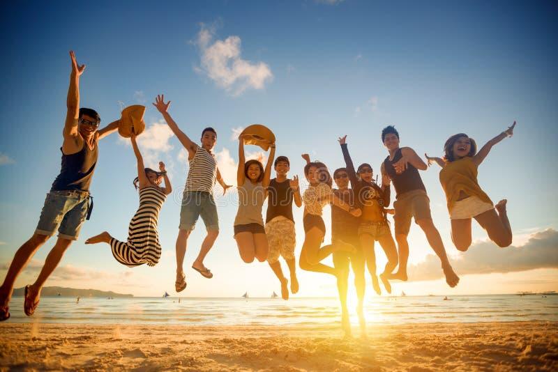 Groep jonge mensen het springen stock afbeelding