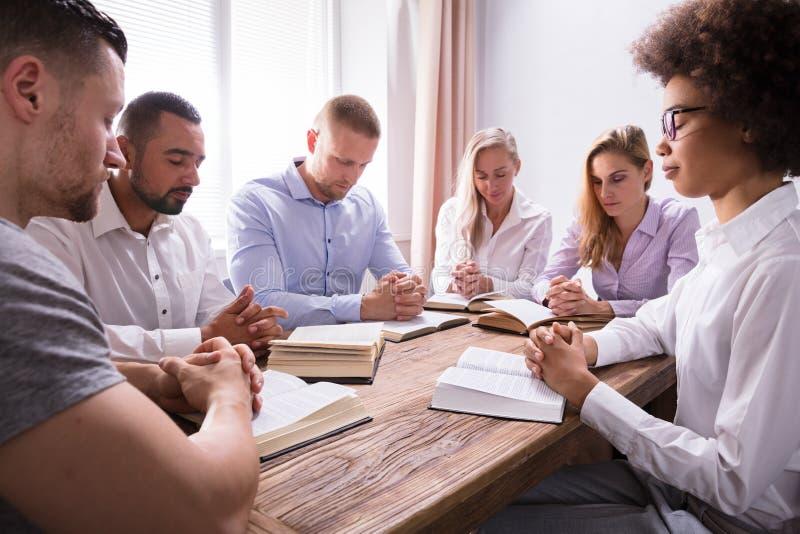 Groep Jonge Multi-etnische Mensen die Bijbel lezen stock fotografie