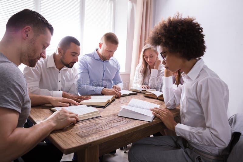 Groep Jonge Multi-etnische Mensen die Bijbel lezen royalty-vrije stock afbeelding