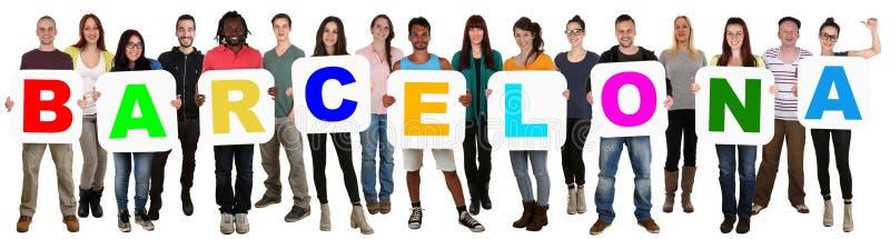 Groep jonge multi etnische mensen die woord Barcelona houden stock afbeelding