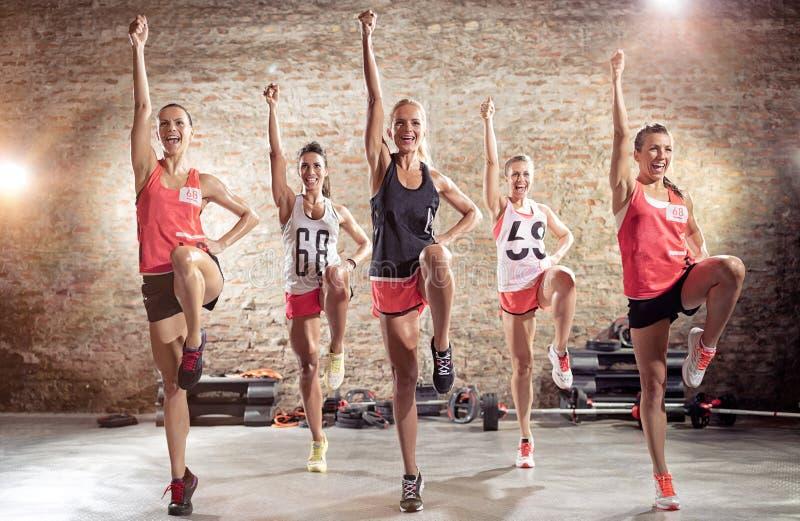 Groep jonge sportieve mensen die samen opleiden stock foto's