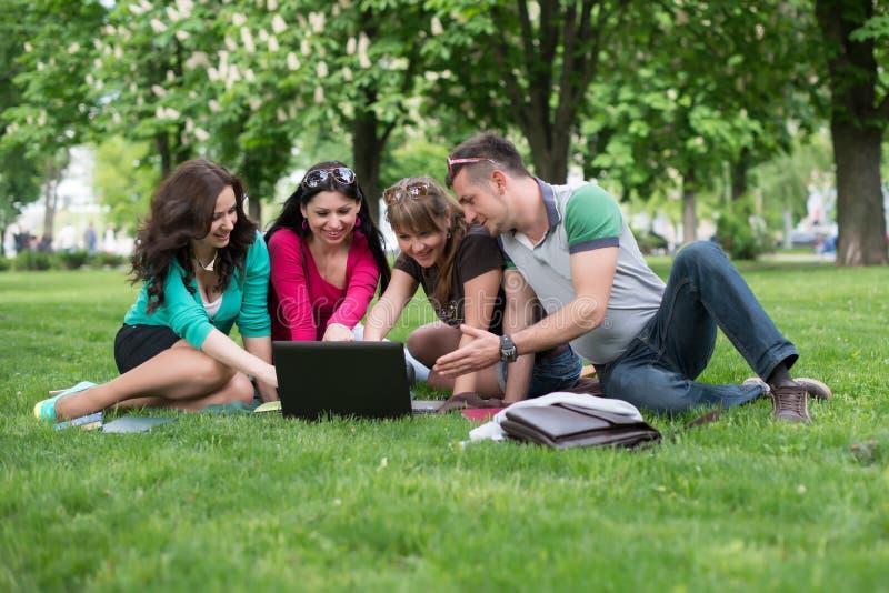 Groep jonge student die laptop samen met behulp van royalty-vrije stock foto's