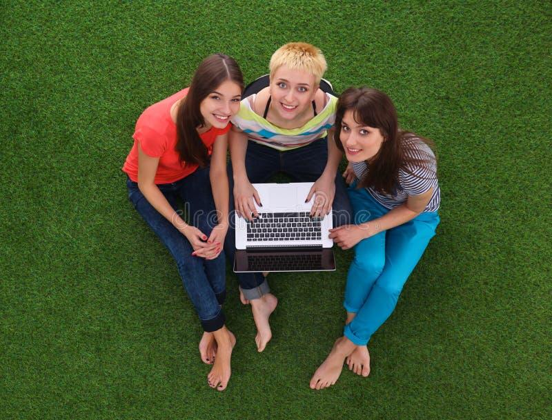 Groep jonge student die laptop samen met behulp van stock foto