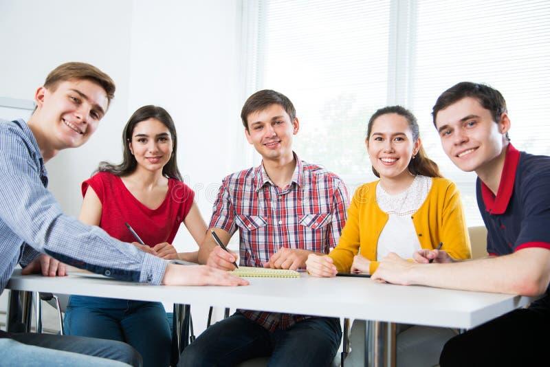 Groep jonge studenten royalty-vrije stock afbeelding