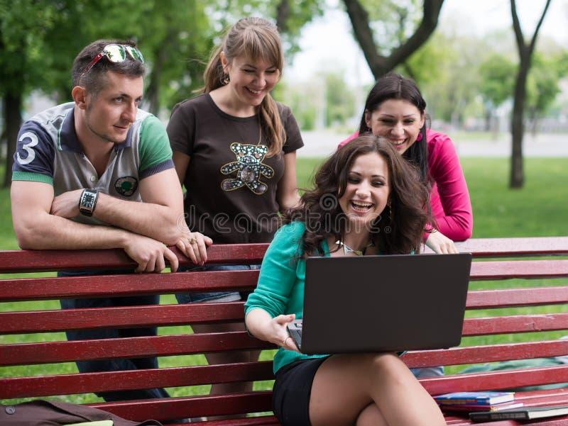 Groep jonge studenten die laptop met behulp van royalty-vrije stock fotografie