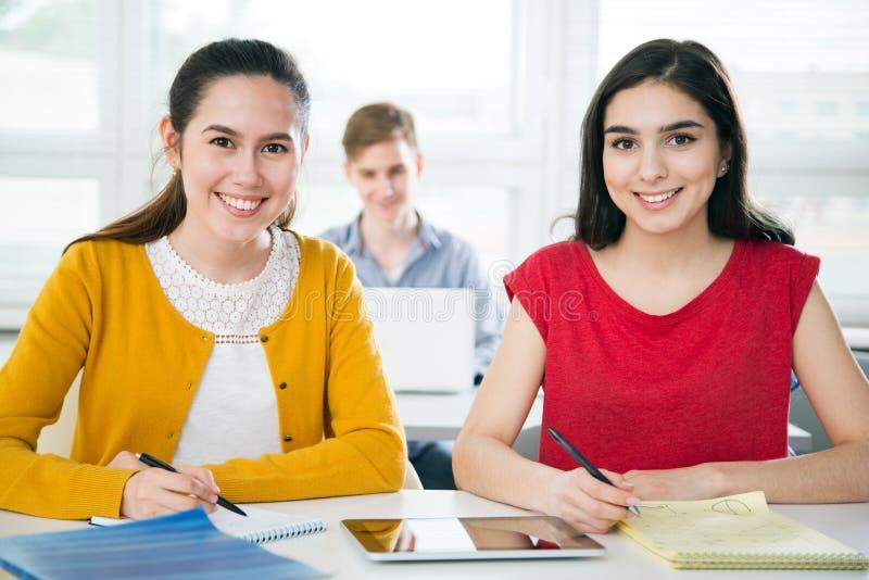 Groep jonge studenten stock afbeelding