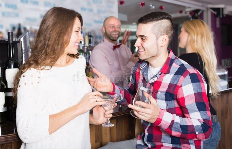 Groep jonge volwassenen in bar royalty-vrije stock fotografie