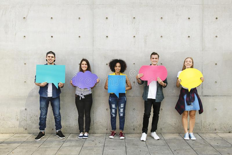 Groep jonge volwassenen die in openlucht leeg aanplakbiljet copyspace t houden royalty-vrije stock afbeeldingen