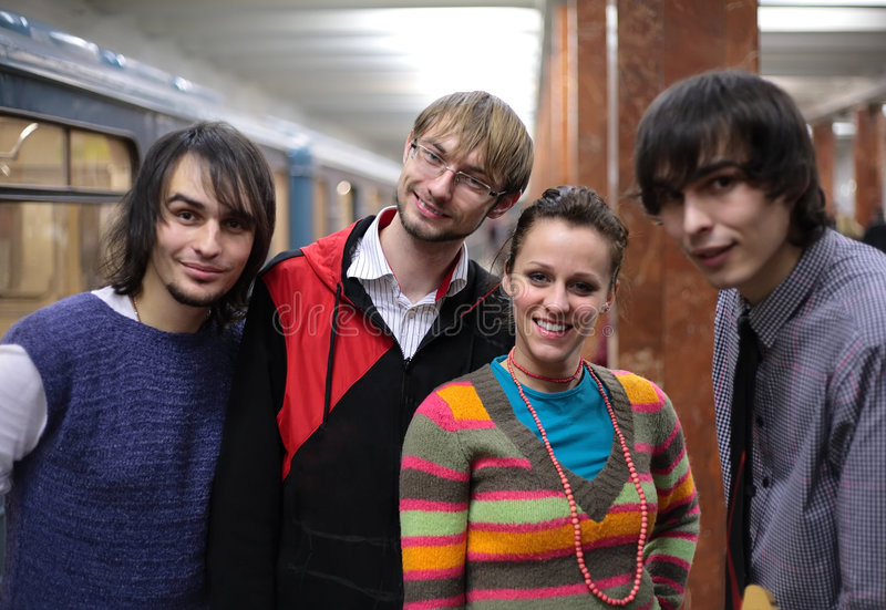 Groep jonge vrienden op metro royalty-vrije stock fotografie