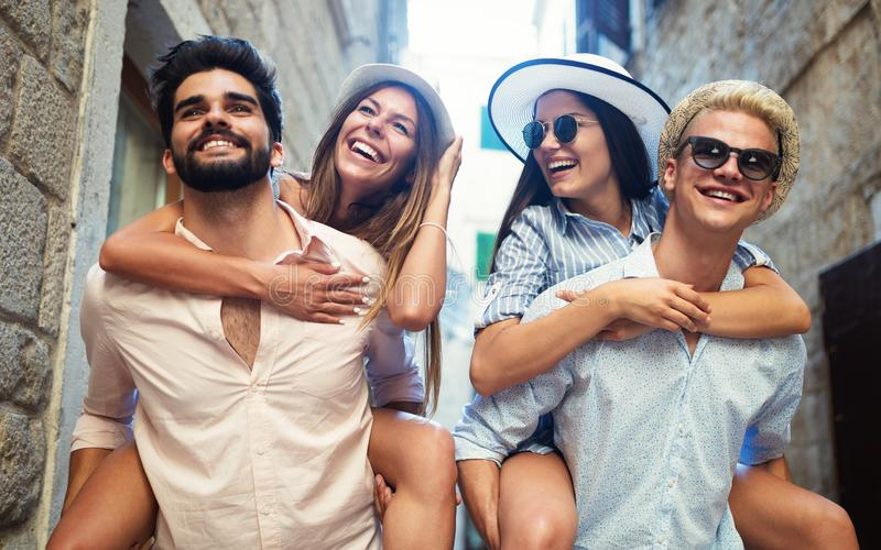 Groep jonge vriendenontmoetingsplaats op stadsstraat stock foto