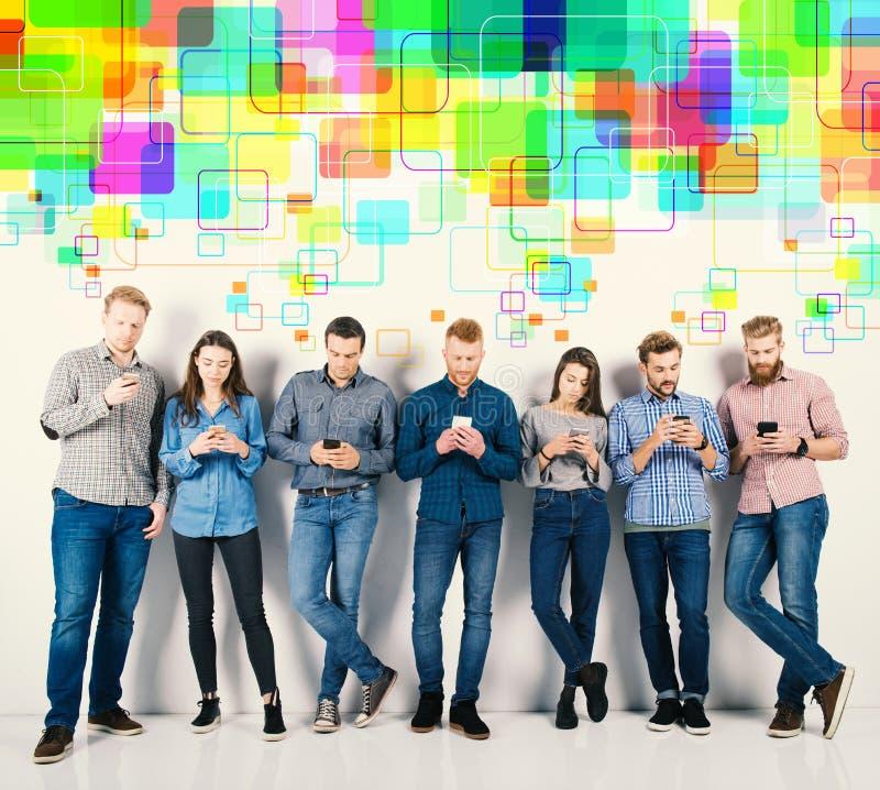 Groep jongens en meisjes aan hun smartphones worden verbonden die Concept Internet en sociaal netwerk royalty-vrije stock afbeelding